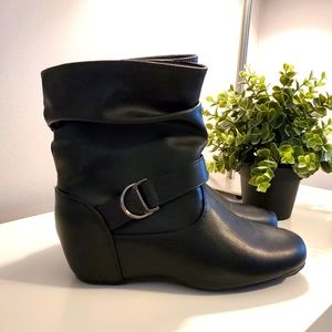Ardene buckled wedge ankle boots size 9, black